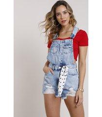 jardineira jeans feminina destroyed com barra desfiada e faixa azul claro