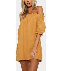 mini vestido fuera del hombro en amarillo