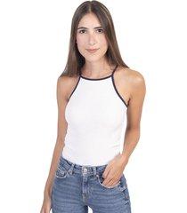 camisa blanca con cuello halter y tiras en contraste flashy
