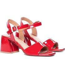 sandalia de charol roja vercal