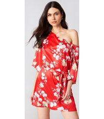 hannalicious x na-kd one shoulder tie waist dress - red,multicolor