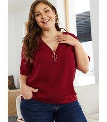 blusa burdeos con cuello en v y cremallera en la parte delantera de talla grande