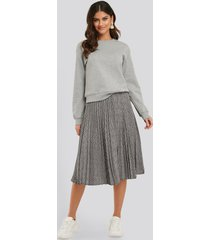 na-kd classic plaid pleated midi skirt - grey