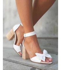 sandalia blanca ojala te enamores brujas