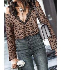 yoins blusa de manga larga con hombros descubiertos y encaje de leopardo marrón
