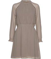 ariya dress knälång klänning rosa marciano by guess