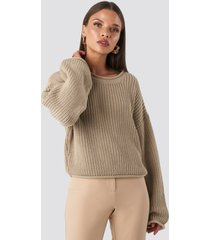 na-kd cropped boat neck knitted sweater - beige
