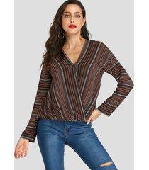 blusa de rayas marrones con cuello en v y frente cruzado diseño