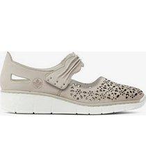 skor med perforerat mönster