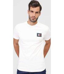 camiseta tommy hilfiger bordada branca - branco - masculino - algodã£o - dafiti