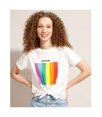 """camiseta cropped de algodão pride love is love"""" com nó manga curta decote redondo off white"""""""