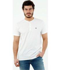 camiseta de hombre, cuello henley manga corta, color blanco