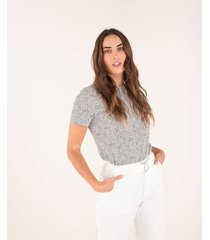 camiseta para mujer manga corta celeste con estampado animal print