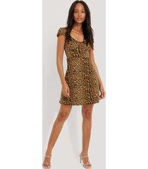 na-kd short sleeve printed mini dress - brown,multicolor