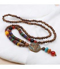 collana con pendente etnico con perline di legno