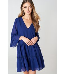 na-kd boho v-neck ruffle mini dress - blue