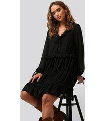 na-kd boho multi frill flowy mini dress - black