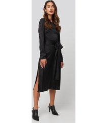 na-kd trend belted satin midi dress - black