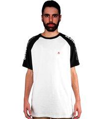 camiseta manga curta raglan skate eterno shoulder pin branca/preto - kanui