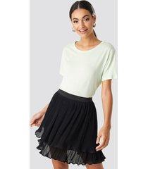 na-kd flounce mini pleated skirt - black
