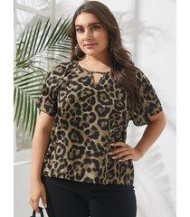 blusa de manga corta con corte de leopardo y cuello en v de talla grande