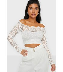 nly one off shoulder lace top långärmade toppar