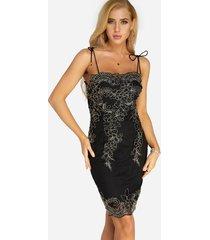 vestido de fiesta con mangas de diseño con cordones y patrón bordado negro