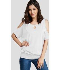camiseta blanca con dobladillo fruncido con hombros descubiertos