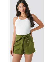 na-kd belted high waist shorts - green