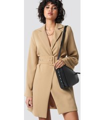 na-kd trend wide sleeve belted blazer dress - beige