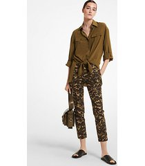 mk pantalone samantha in cotone stretch con stampa camouflage - ginepro (verde) - michael kors