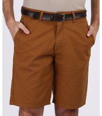bermuda de sarja masculina casual com cinto marrom