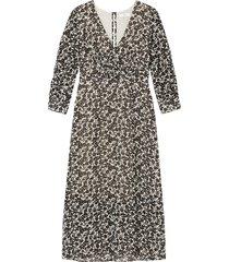 lång, blommig klänning med v-ringning och trekvartslång ärm