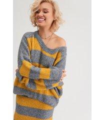 sweter w efektowne pasy