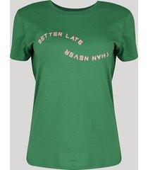 "t-shirt feminina mindset ""better late than never"" manga curta decote redondo verde"
