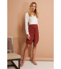 na-kd trend kjol med knytdetalj - burgundy