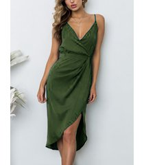 vestido a media pierna con cuello de pico fruncido y cruzado asimétrico verde militar