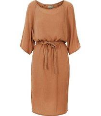 nonchalante jurk met ceintuur bruin