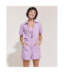 macaquinho feminino em sarja pantone com bolsos e zíper manga curta lilás