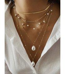 collar de múltiples capas con cadena de perlas y cuentas doradas