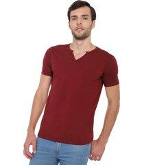 camiseta con botones de hombre licrada - vinotinto polovers
