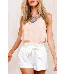 pantalones cortos blancos con cintura plisada y lazo en la cintura