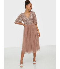 maya v-neck delicate sequin midi dress paljettklänningar