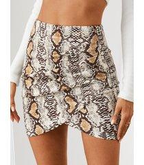 minifalda con dobladillo asimétrico de piel de serpiente yoins