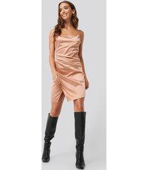 erica kvam x na-kd draped satin dress - copper