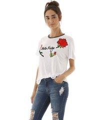 camiseta malha friday com aplicação de flores