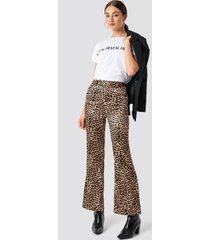 na-kd trend flared shiny leo pants - multicolor