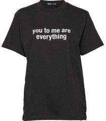 svea message tee t-shirts & tops short-sleeved svart svea
