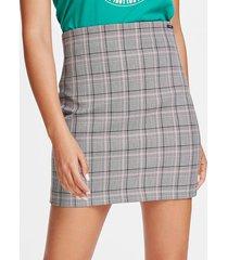 barwiona spódnica o długości mini