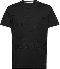 embossed regular fit tee t-shirts short-sleeved svart calvin klein jeans